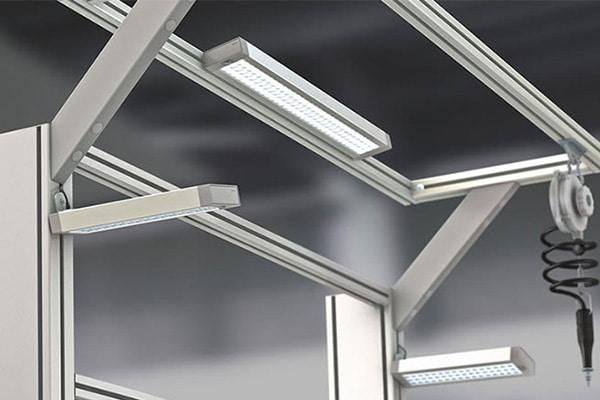 Iluminación ergonómica en la mesa de trabajo de ensamblaje